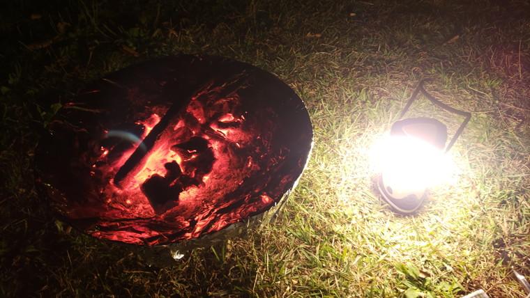 暗闇でも火起こしできる明るさ