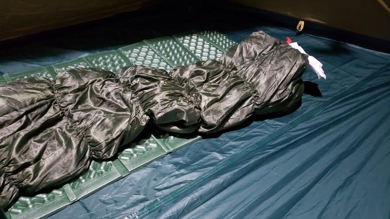 寝袋の1つ1つのシワが見えるほど明るい